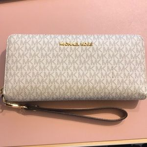 Micheal Kors long wallet in cream